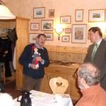 Der Bürgermeister von Hohnstein Herr Brade überreicht uns den Kasper.
